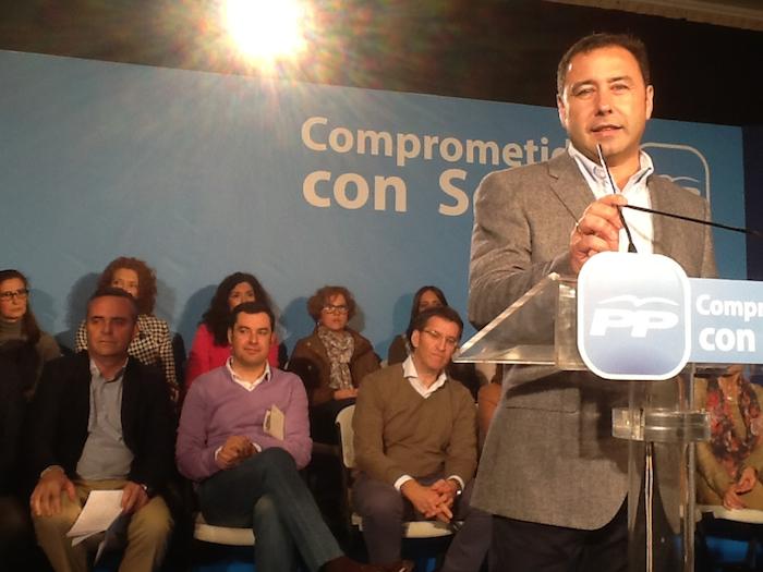 Ricardo en acto con Juanma Moreno