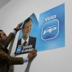 Ricardo colocando un Cartel para las elecciones del 20 N