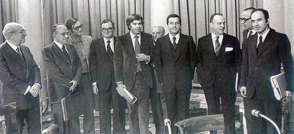 En la Firma de los Pactos de la Moncloa el 25 de octubre de 1977, de izquierda a derecha, Enrique Tierno Galván, Santiago Carrillo, José María Triginer, Joan Reventós, Felipe González, Juan Ajuriaguerra, Sotelo y Miguel Roca.